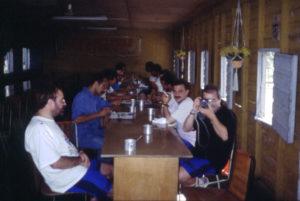 Curso impartido a la Sociedad Cubana de Espeleología en el año 1993 en El Moncada- Valle de Viñales. Con su eterno cigarro Federico, en primer plano Pau Perez y con la máquina José Luis Menjibar.